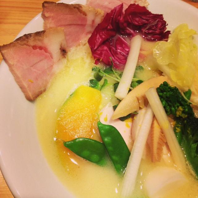 鶏白湯SOBA季節の野菜と豚チャーシューのトッピング
