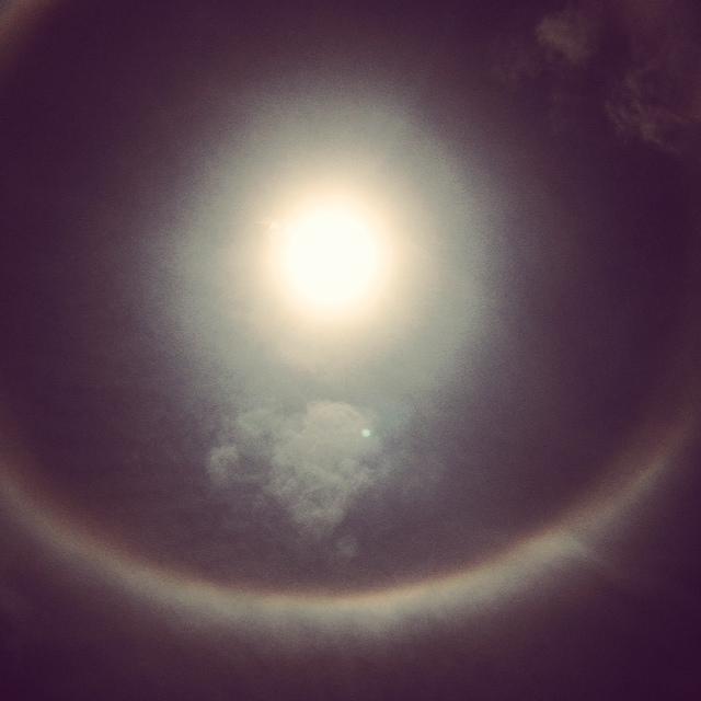 太陽を大きく取り囲む虹